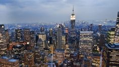 1200px-View_of_the_Empire_State_Building_from_the_Rockefeller_Center_observation_deck_NYC_-_18_August_2009-800×445